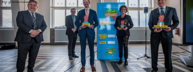 Máxima reikt muziekbokaal uit aan West Maas en Waal